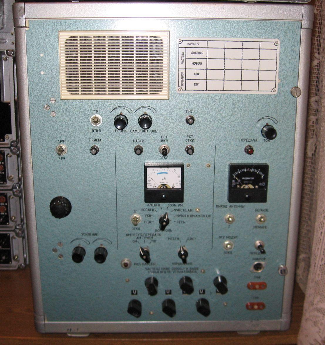 """Общий вид радиостанции  """"Ястреб """".  Радиостанция  """"Ястреб """" с открытой передней панелью."""